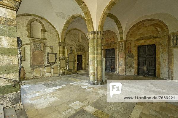 Benediktinerkloster St. Emmeram  Vorhalle der päpstlichen Basilika mit romanischen Skulpturen und Grabplatten  Altstadt Regensburg  Oberpfalz  Bayern  Deutschland  Europa