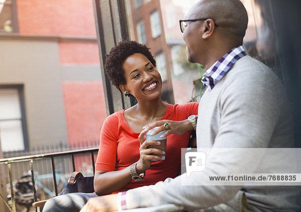 Ein Paar redet auf der Stadtstraße