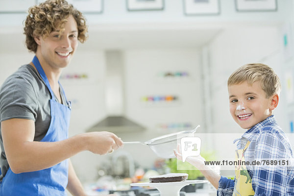 Vater und Sohn beim Backen in der Küche