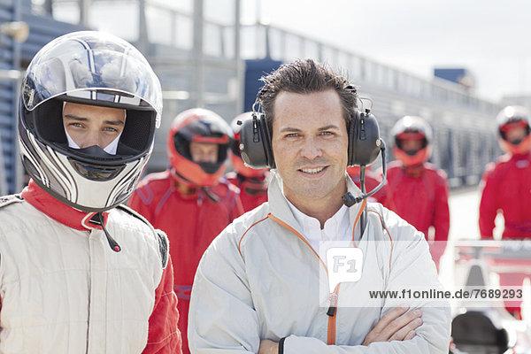 Rennfahrer und Manager stehen auf der Strecke