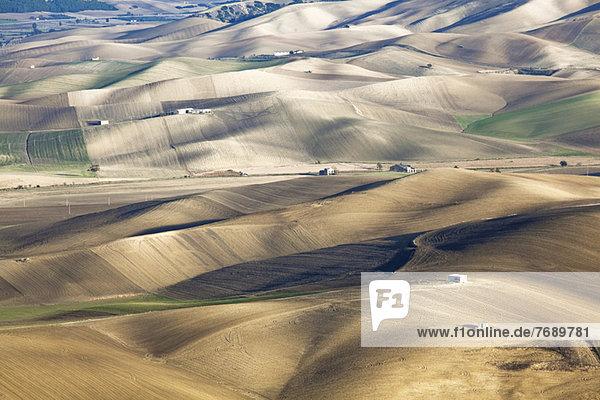 Luftaufnahme von sanften Hügeln in trockener ländlicher Landschaft