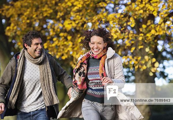 Paar läuft zusammen im Park