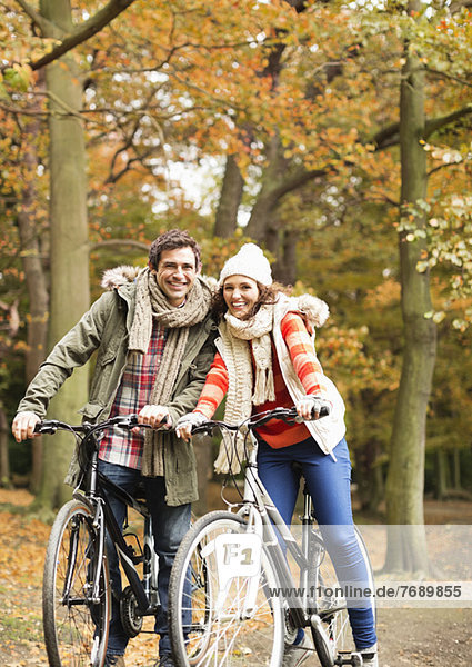 Paar Fahrräder zusammen im Park