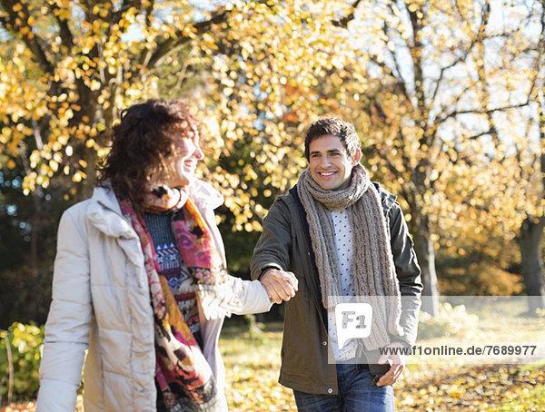 Paar hält Hände im Park
