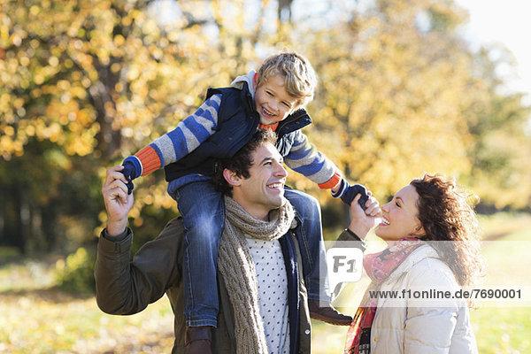 Kaukasische Familie zu Fuß im Park