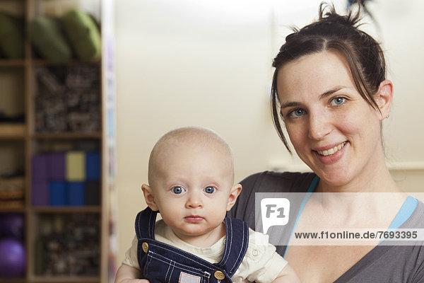 Europäer  halten  Yoga  Studioaufnahme  Mutter - Mensch  Baby