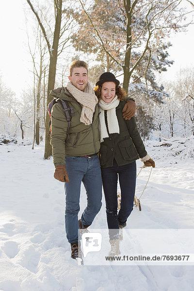 Europäer  ziehen  Schlitten  Schnee