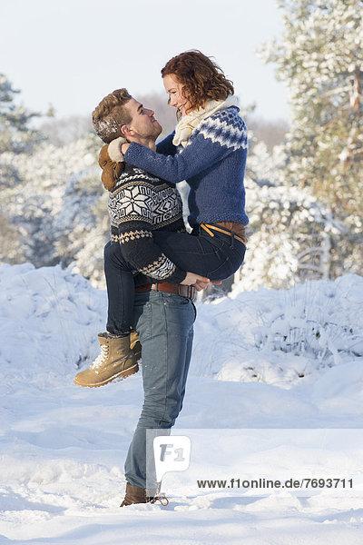 Europäer  umarmen  Schnee