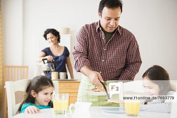 geben  Menschlicher Vater  Tochter  Tisch  Frühstück