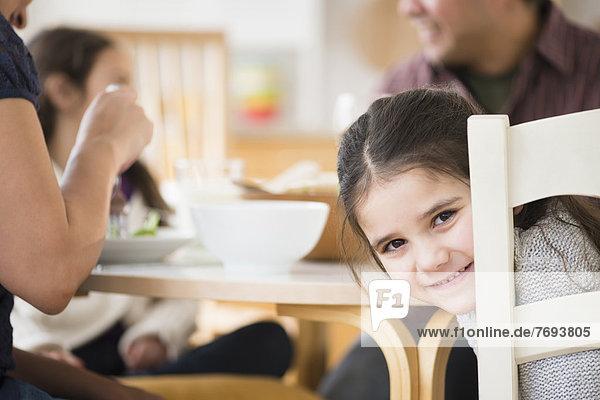 sitzend  lächeln  Mädchen  Tisch