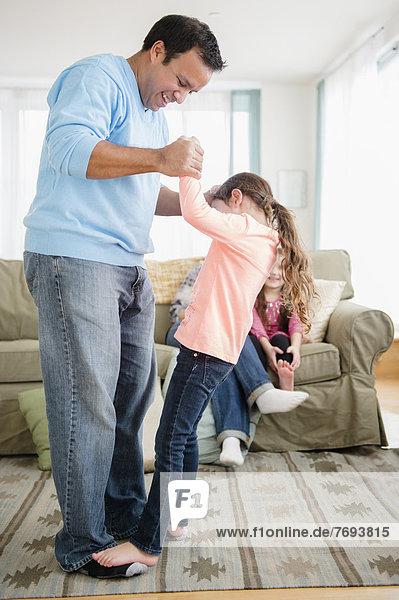 Spiel  Menschlicher Vater  Zimmer  Tochter  Wohnzimmer