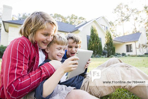 benutzen  Europäer  Junge - Person  Rasen  Tablet PC