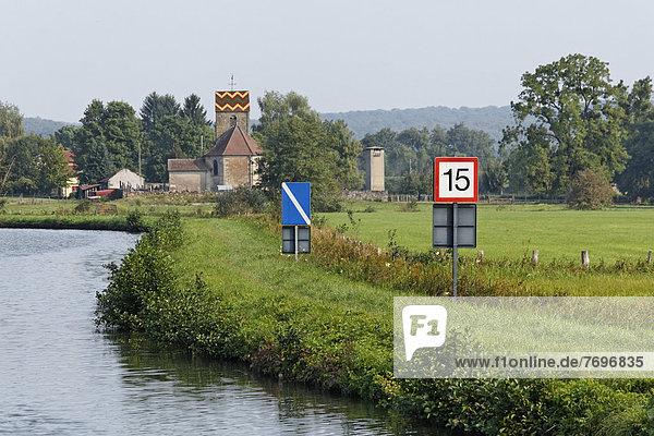 Hinweisschilder für Flusssschiffer auf der Saône  mit Dorfkirche mit romanischem Glockenturm
