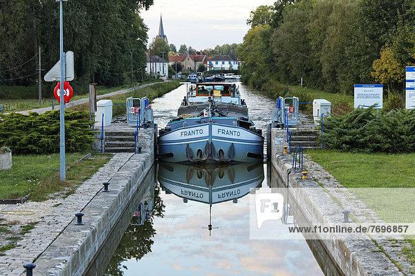 Frachter FRANTO auf dem Canal des Vosges  früher Canal de l?Est  letzte südliche Kanal-Schleuse Nr. 46