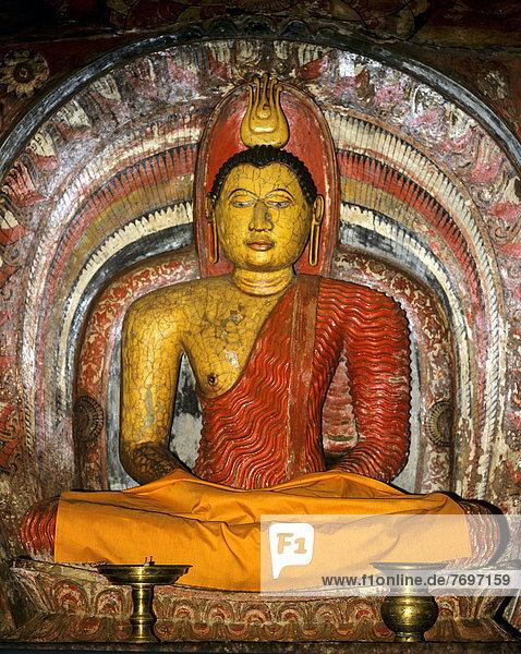 Sitzender Buddha im Schrein  Degaldoruwa Höhlentempel