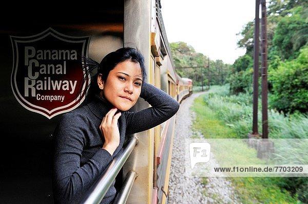 Panama City  Hauptstadt  einsteigen  Frau  Ozean  Zug  Mittelamerika  jung  Atlantischer Ozean  Atlantik  Panama