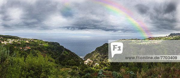 Regenbogen an der Steilküste bei Arco de Sao Jorge
