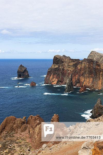 Naturschutzgebiet mit steilen Klippen auf der vulkanischen Halbinsel Ponta de Sao Lourenco