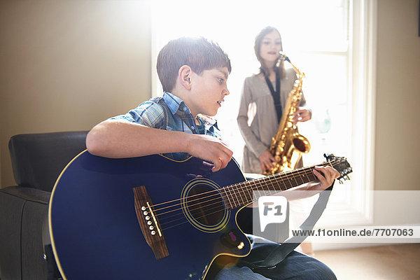 Kinder beim gemeinsamen Musizieren