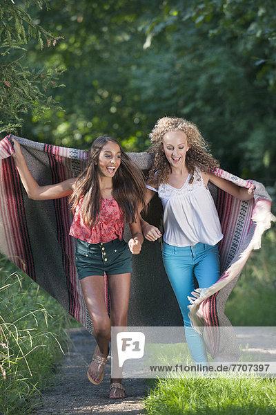 Teenager-Mädchen in Decke auf dem Landweg