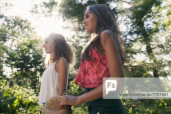 Teenager-Mädchen beim Waldspaziergang