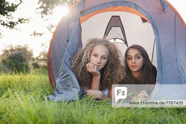 Teenager-Mädchen im Zelt auf dem Campingplatz