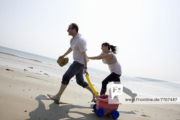 Familie spielt zusammen am Strand