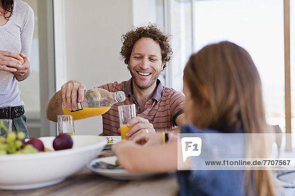 Familie beim gemeinsamen Frühstück