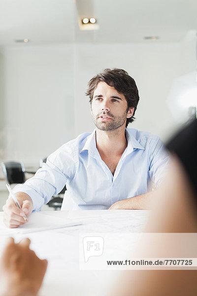 Geschäftsmann sitzt in der Sitzung