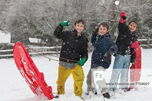 Kinder mit Schneeballschlacht