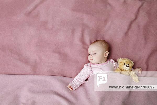 Baby Mädchen schläft im Bett