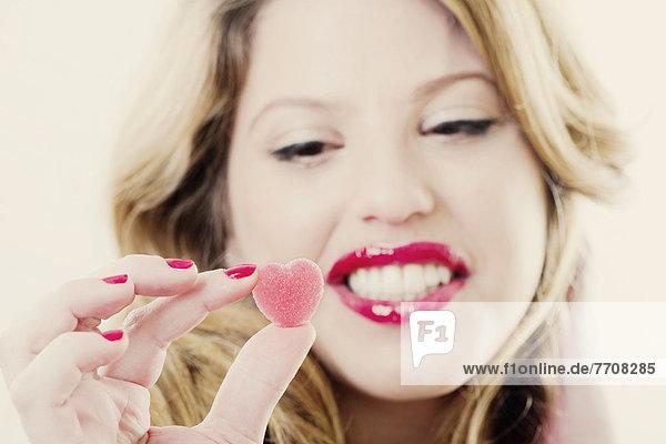 Nahaufnahme einer Frau mit Gummibonbons