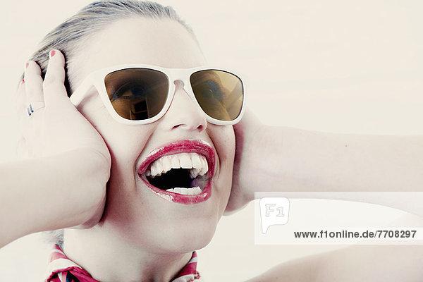 Frau mit Schal und Sonnenbrille