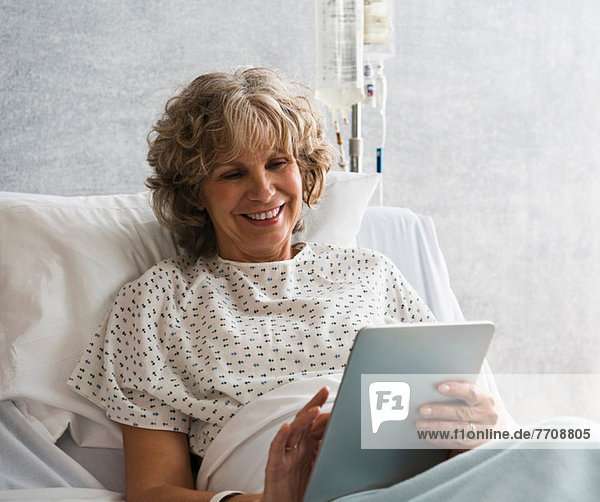 Patientin im Krankenhaus mit digitaler Tablette