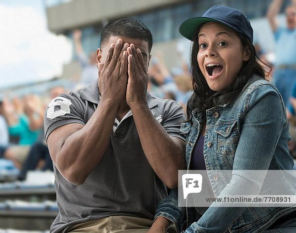 Paar beim Sportspiel vor der Kamera erwischt