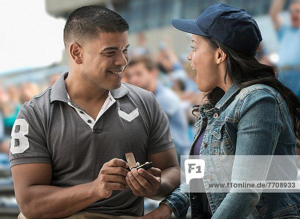 Mann schlägt Freundin beim Sportspiel vor