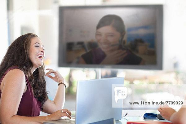 Geschäftsfrau lacht im Meeting