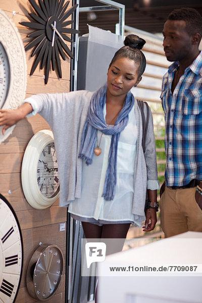 Paar-Shopping für Uhren im Geschäft