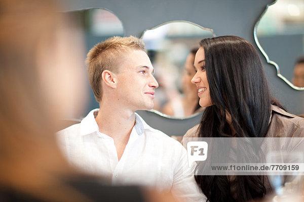 Paar lächelt am Esstisch
