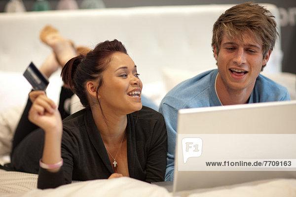 Paare online einkaufen im Bett