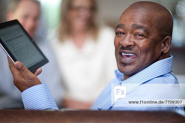 Älterer Mann mit Tablet-Computer