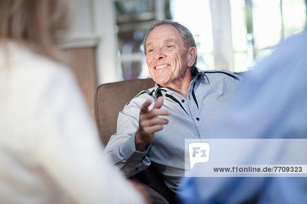 Ältere Freunde reden im Wohnzimmer