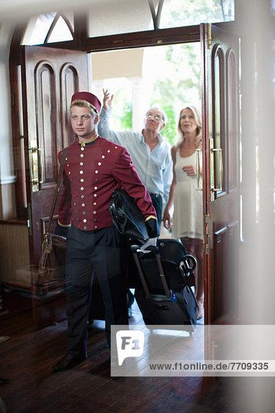 Bellhop mit Gepäck im Hotel