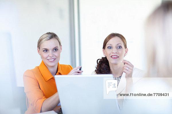 Geschäftsfrauen arbeiten am Laptop