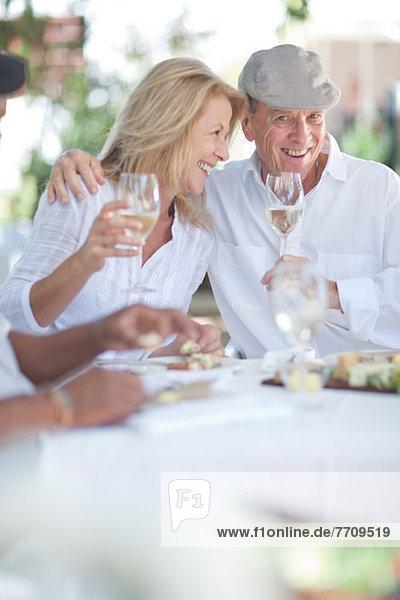 Älteres Paar beim gemeinsamen Essen im Freien
