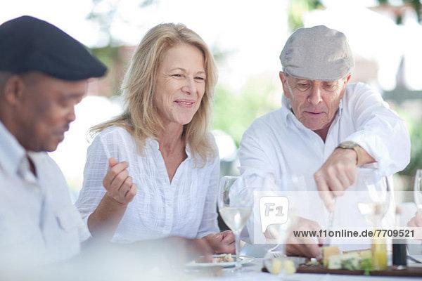 Ältere Freunde beim gemeinsamen Essen im Freien