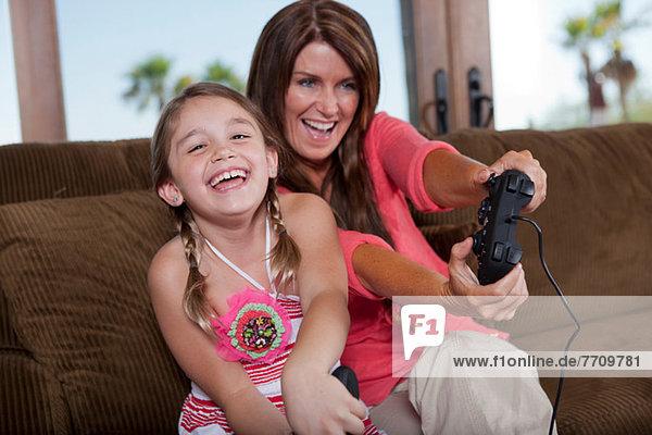 Mutter und Tochter spielen Videospiele
