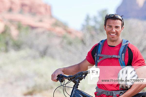 Mann schiebt Mountainbike