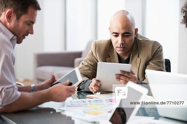 Geschäftsleute mit Tablet-Computern