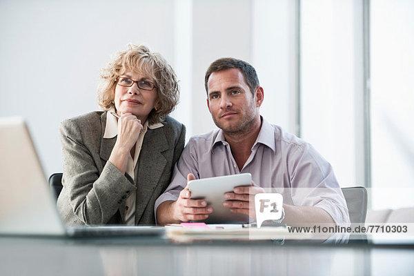 Geschäftsleute  die im Meeting zuhören